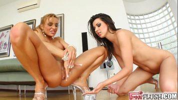 اثنين من مثليات الشباب سوبر جيدة مع الديوك ضعيفة للغاية والثدي الصغيرة