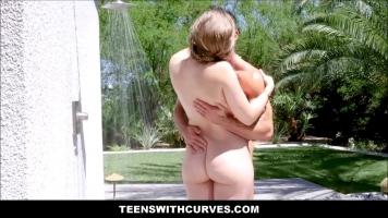 تخرج للاستحمام ويريد صديقها أن يدهنها بالغسول