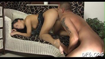 رجل مليء بالوشم يعطي ألسنة في المؤخرة لفتاة سمراء ويمسها كثيراً