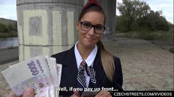 مدرس رياضة يرتدي نظارات ويستقبلها على ظهره من شاب
