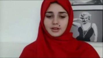 هذه المرأة العربية المختبئة تحت حجابها جميلة جدا