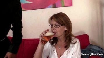 بعد قليل من البيرة يوافق على الذهاب إلى منزلك لممارسة الجنس حتى