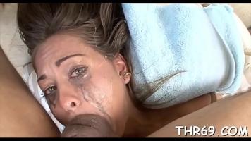 إنها غارقة في فمها لدرجة أن كل المكياج على وجهها قد ذهب وأنت تقول ذلك