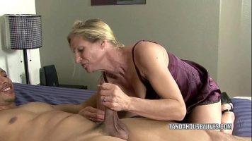 امرأة شقراء ناضجة تمارس الجنس الفموي مع رجل ثم تضع الواقي الذكري