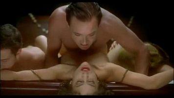 أحدهما يلتقط صوراً له والآخر يمارس الجنس مع مخرج فيلم مكثف للغاية بسبب