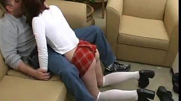 في غرفة المعيشة يجلس ويمص ديك رجل ناضج امرأة شابة رقيقة ترتدي تنورة