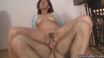 امرأة عجوز لا تزال تحب مص ديك الشابة التي تتقيأ