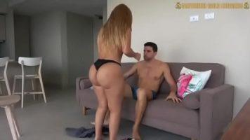 امرأة شقراء لديها عميل جديد وعليها وضع الواقي الذكري على قضيبه
