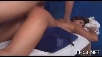 لديها وسادة تضعها تحتها لتجلس مع مؤخرتها منتفخة قدر الإمكان عندما تمارس الجنس