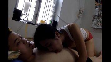المرأة الصينية التي تتوق دائمًا إلى الدردشة مع صديقها