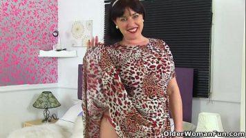 إنها تكتسح بشفتيها الكبيرتين اللتين تخلعهما صدريتها وتقفز صدرها الضخم