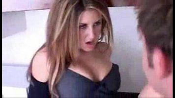 تم تحديد نظرتها الاستفزازية على قضيب رجل امرأة سمراء
