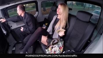 في سيارة ليموزين فاخرة ، يتم استدعاء الفتيات للقيام بجولة جنسية سريعة بسبب