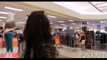 بدلاً من التسوق بهدوء ، توافق هذه المرأة على الاقتراب منها