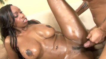 امرأة سوداء ذات ثديين ضخمين مع مؤخرة كبيرة وجسم كامل بالزيت