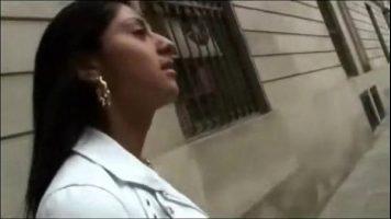في الشارع ، وجد امرأة سمراء ترغب في ممارسة لعبة جنسية مكثفة
