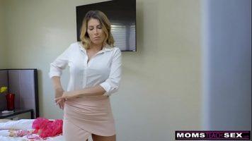 الشقراء الرائعة التي لديها تنورة قصيرة للغاية مصنوعة لتخلع ملابسها