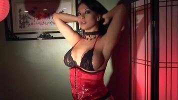 هذه المرأة المفلسة التي تحب ممارسة العادة السرية قدر الإمكان ترتدي الكورسيهات المثيرة