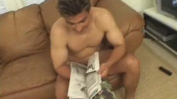 فتاة سمراء ضئيلة ممارسة الجنس الشرجي