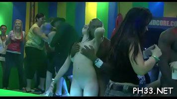 في المساء ، تحضر حفلات خاصة في النادي لممارسة الجنس