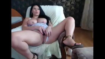 امرأة سمراء سمينة بزاز كبيرة جدًا تحب ممارسة العادة السرية بين ساقيها في الوقت المناسب