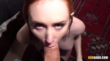 أحمر الشعر الذي يذهب إلى منزل الرجل ويمنحه الجنس الفموي ثم يخترق