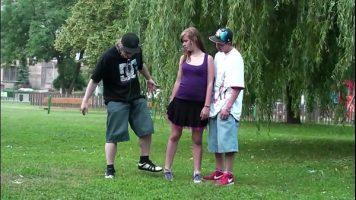 لقد خرج مع صديقته وصبي آخر في الحديقة في نزهة على الأقدام