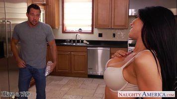امرأة سمراء مع كبير الثدي وجمل ساخن يسحبها في المطبخ في كل شيء