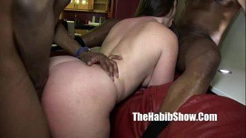 فتاة ذات ثدي كبير وقطع تمص قضيبًا أسود ثم تجلس الماعز