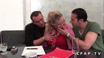 ناضجة شقراء مع اثنين من اللاعبين مص الديك لها في فمها ثم وضعها على