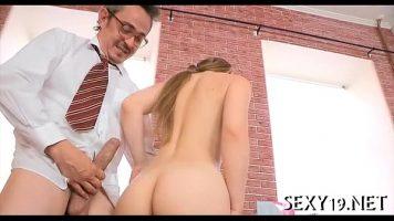 مدرس فيزياء سعيد جدًا بممارسة الجنس مع هذه الشقراء الشابة