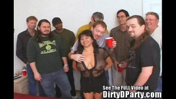 النساء المسنات ذوات الصدور الصغيرة يمارسن الجنس الفموي في لعبة جماعية