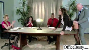 يتحول الاجتماع في شركة إلى لعبة جنسية مكثفة للغاية
