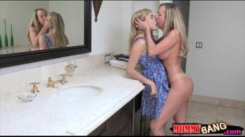 مثليات يتبادلن القبلات في مرحاض يمسك به شقيق أحدهن
