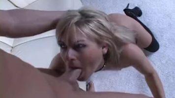 امرأة شقراء ناضجة ذات ثديين صغيرين يتسلقان على الكعب