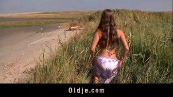 في الهواء الطلق على الرمال الساخنة تحب أن تمتص الديك وأن تمارس الجنس