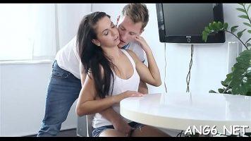 قبلات ساخنة ومثيرة للغاية على رقبة شابة ينزل بعدها الرجل