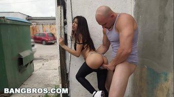 Chelios الذي يمارس الجنس في زاوية الشارع ولكن أيضًا في أماكن أخرى شابة مثيرة جدًا وصغيرة