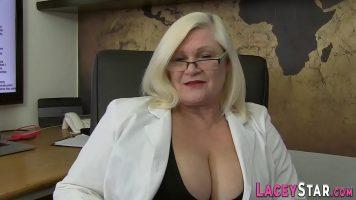 امرأة ناضجة لديها ثديين كبيرين للغاية وتريد ممارسة الجنس كما في شبابها