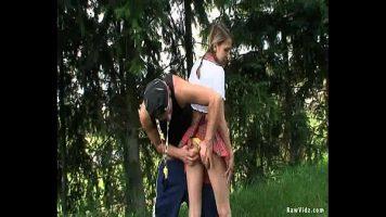 الشباب الموجودون في الغابة ويسحبونها في جميع المواقف لأنهم متحمسون