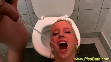 الرجل الذي يتعرض للإهانة في المرحاض العام