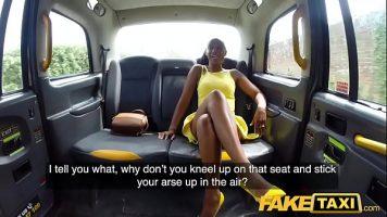 امرأة سوداء لديها أب كبير تريد ممارسة الجنس مع سائق التاكسي