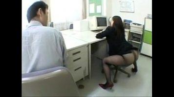 زوجان آسيويان في المكتب ويريدان ممارسة الجنس حتى يكسر جواربه