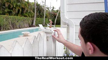 شاب ينظر من فوق السياج إلى جاره المثير الموجود في المسبح ويأتي إليها
