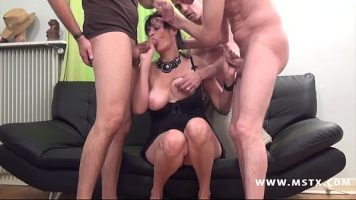 مكنسة ذات صدر رخو تدخل وسط الرجال لممارسة الجنس