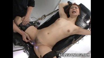 وترتبط امرأة آسيوية نحيفة جدا مع شعر كس