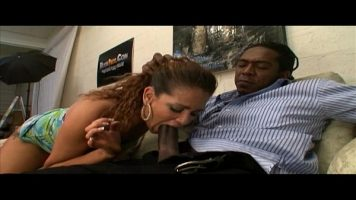 امرأة سمراء التي تأخذ بوسها بقوة من رجل أسود مجهز جيدًا مع قضيب كبير