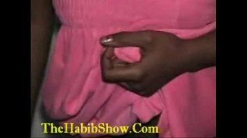 امرأة سوداء ذات ثديين كبيرين تخلع ملابسها وتضع الماعز له ليعطيها لها