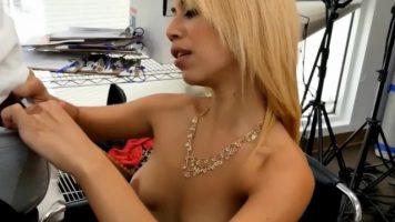 الآسيوية مع شعر أشقر الذي يحب أن يمارس الجنس مع السود