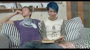 يقرأ لها قصيدة حب ثم يخلع ملابس هذه الشابة التي تريد ذلك